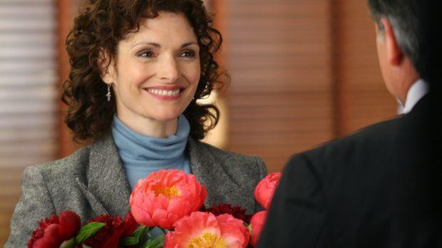 Anne Cassidy (Mary Elizabeth Mastrantonio, l.) ist hoch erfreut über den Stra...