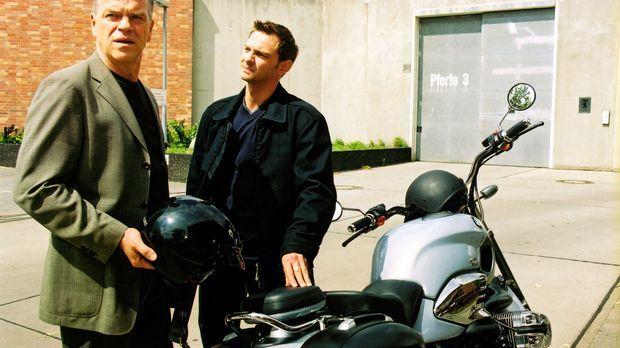 Kommissar Wolff (Jürgen Heinrich, l.) und Tom (Steven Merting, r.) sind verwu...