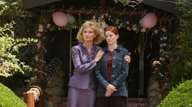 Lorraine Loomis (DeLane Matthews, l.) versucht, Gwen (Jamie Brown, r.) zu ber...