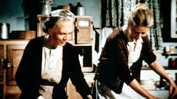 Ester (Ellen Corby, l.) und Olivia (Michael Learned, r.) bereiten das bevorst...
