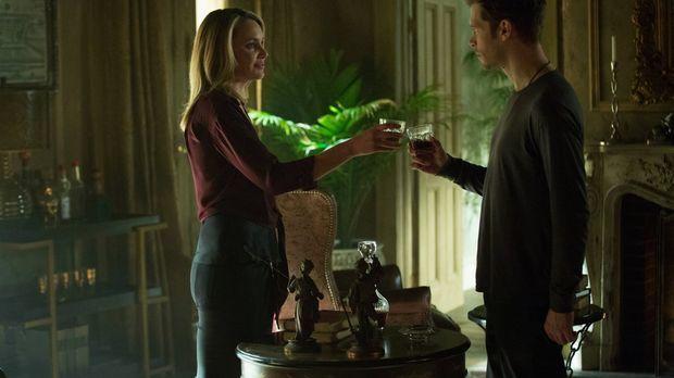 Cami (Leah Pipes, l.) verabschiedet sich bereits von Klaus (Joseph Morgan, r....