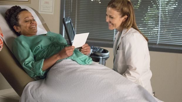 Während Zoila (Judy Reyes, l.) bei Doktor Romero (Carrie L. Walrond, r.) span...