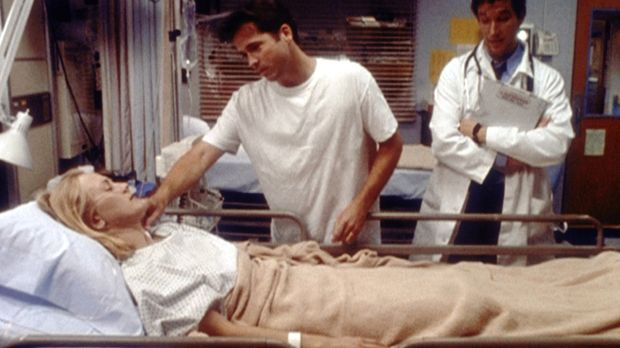 Wie durch ein Wunder ist die komatöse Kirsten aufgewacht. Dr. Carter (Noah Wy...