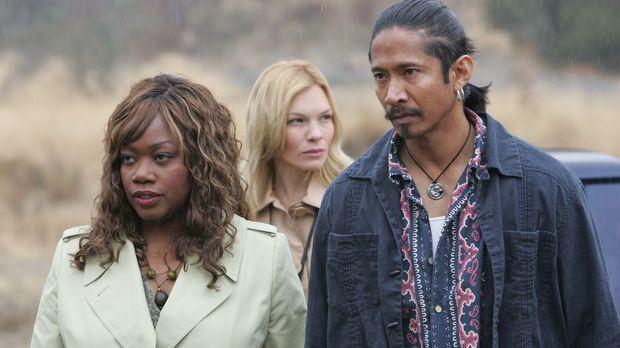 Molly (Regina Taylor, l.) und Tiffy (Abby Brammell, M.) sind auf dem Weg zu e...