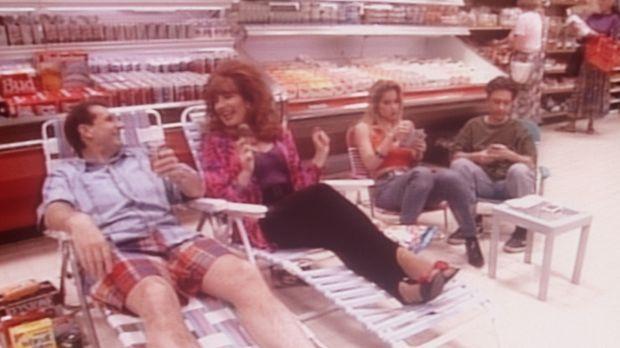 Auf der Flucht vor der sommerlichen Hitze haben sich (v.l.n.r.) Al (Ed O'Neil...