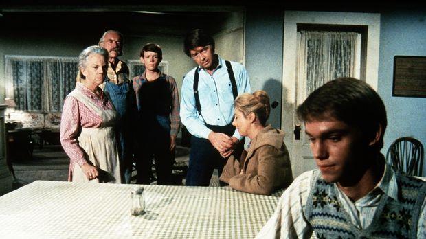 Ester (Ellen Corby, l.), Sam (Will Geer, 2.v.l.), John (Ralph Waite, M.) und...