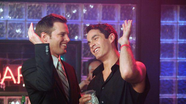 Freuen sich, dass Elliot den Heiratsantrag angenommen hat: Keith (Travis Schu...