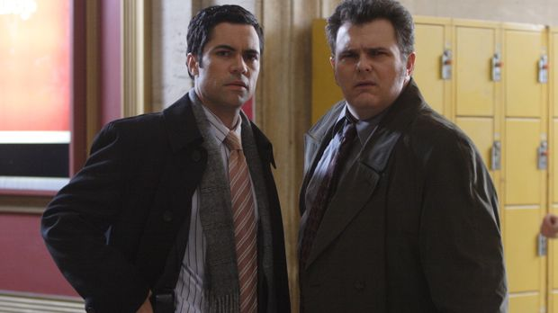 Beginnt für Det. Scott Valens (Danny Pino, l.) und Det. Nick Vera (Jeremy Rat...