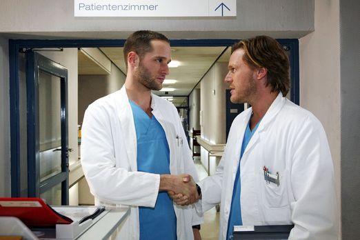 Klinik am Alex - Christian (Tobias Kay, r.) und Jens (Lee Rychter, l.) schlie...