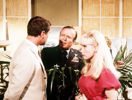 Jeannie (Barbara Eden, r.) und Tony (Larry Hagman, l.) proben mit Dr. Bellows...