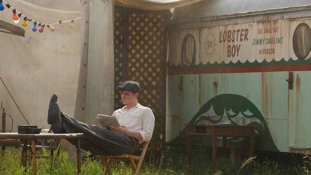 Jimmy (Evan Peters) ahnt nicht, wer der Neuankömmling im Camp tatsächlich ist...