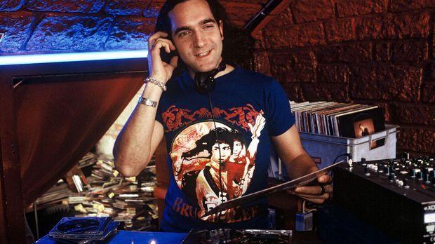 Dieser DJ (Thomas M. Held) erfüllt mit Freude alle Musik-Wünsche. Es gibt jed...