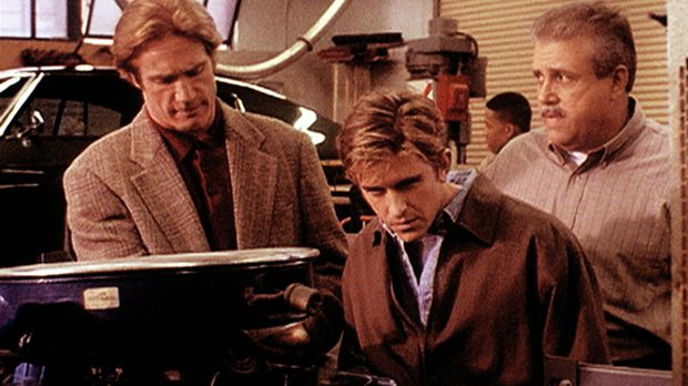 Der Ausbilder Rose (Vic Polizos, r.) zeigt Steve (Barry Van Dyke, M.) und Jes...
