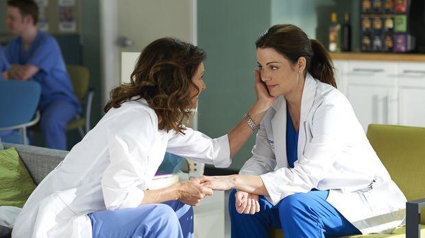 Alex (Erica Durance, r.) sucht Rat bei Dana (Wendy Crewson, l.), als das Kram...
