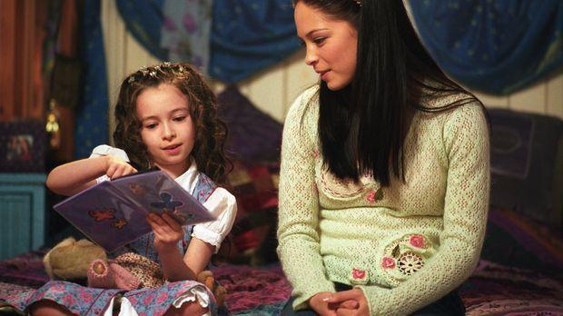 Lana (Kristin Kreuk, r.) glaubt einen Geist zu sehen, als sie einem kleinen M...