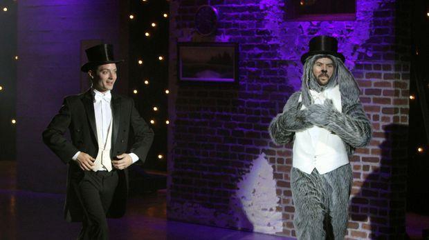 Wilfred (Jason Gann, r.) trainiert mit Ryan (Elijah Wood, l.) fleißig Tanzen....