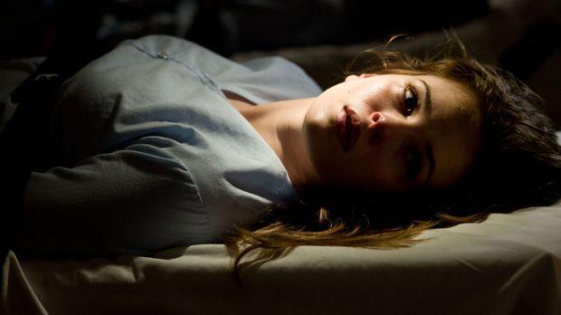 Das Grauen nimmt seinen Lauf und zieht Judys junge Mitarbeiterin Becca (Danie...