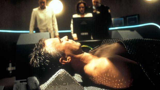 Als O'Neill (Richard Dean Anderson, vorne) aus einem tiefen Schlaf erwacht, f...