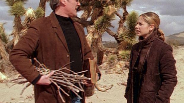 Giles (Anthony Stewart Head, l.) begleitet Buffy (Sarah Michelle Gellar, r.)...