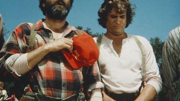 Edwards (Victor French, l.) und Charles Ingalls (Michael Landon, r.) lauschen...
