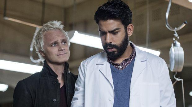 Eigentlich will Blaine (David Anders, l.) von Ravi (Rahul Kohli, r.) das Heil...