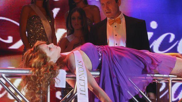 Während der Proben eines Schönheitswettbewerbes wird die Leiche von Miss Illi...