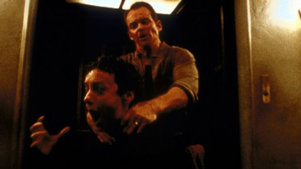 Mona (Jane Adams, l.) wird von Vince (Brent Stait, r.) gewürgt, dessen wahre...